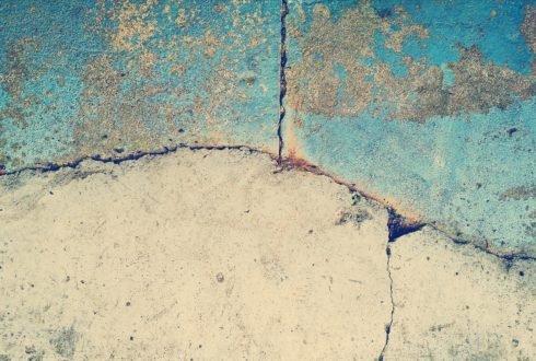 Pęknięcia na ścianach – co robić?