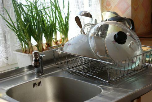 Jak duży zlew do kuchni wybrać? Zlewozmywak z ociekaczem czy bez