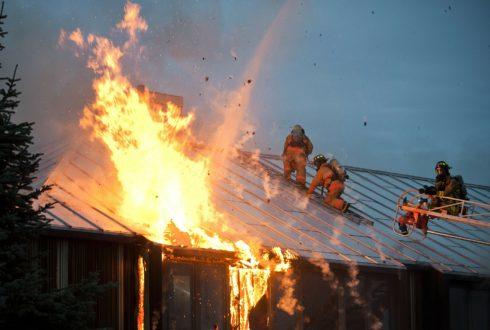 Pożar domu – jak posprzątać po pożarze?