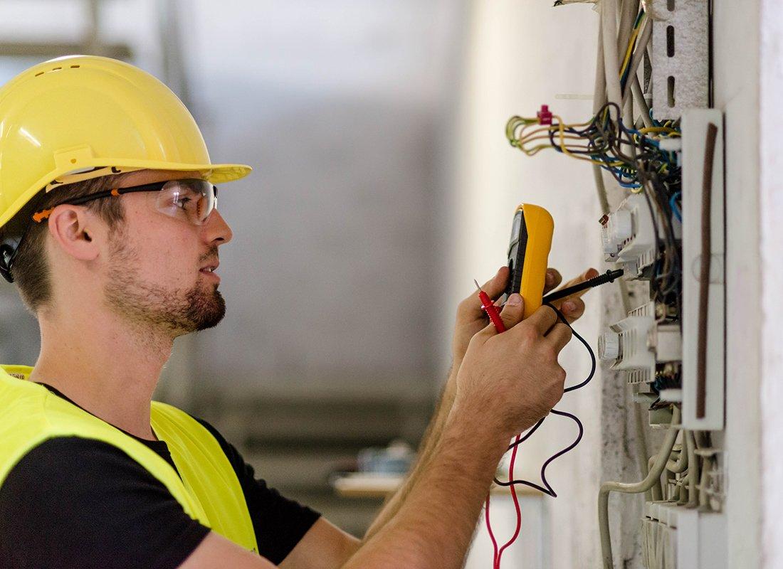 Porażenia o porażenia prądem elektrycznym w zakładzie pracy