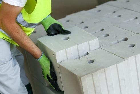 Czym wyróżniają się silikaty na tle innych elementów murowych?