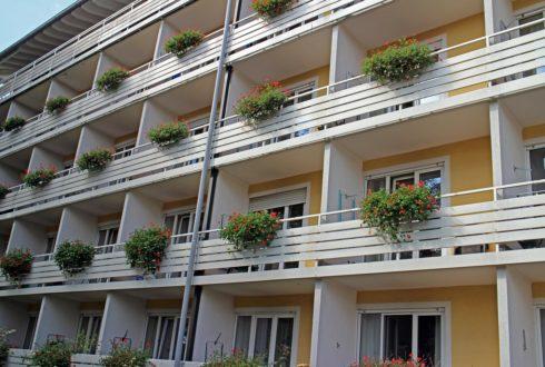 Czy pergola na balkonie to dobre rozwiązanie w bloku?