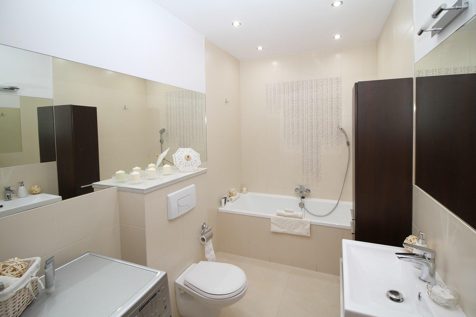 Jak oświetlić niewielką łazienkę? Wykorzystaj kinkiety łazienkowe!