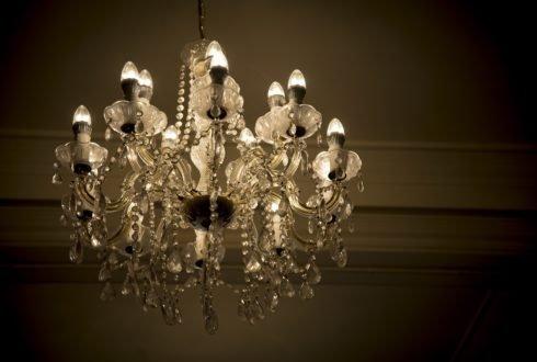 Chcesz, aby Twój salon stał się elegancki? Zainwestuj w kryształowe żyrandole!