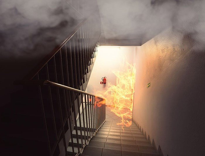 Systemy kontroli rozprzestrzeniania dymu i ciepła – najważniejsze informacje o normy